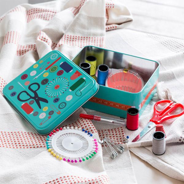 Kovinska Škatla za Šivanje s Priboro za Šivanje